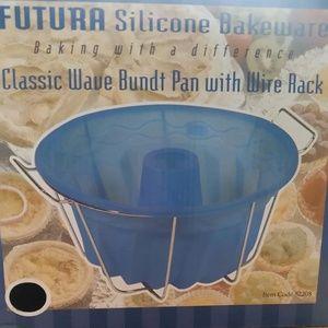 New FUTURA SILICONE BAKEWARE-WAVE BUNDT PAN w/Wire